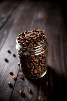Zbliżenie widok piec kawowe fasole w szklanym słoju