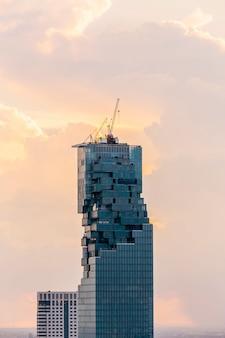 Zbliżenie widok z lotu ptaka bangkok pejzaż miejski przy półmrokiem.