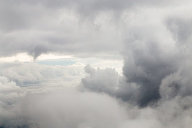 Zbliżenie wielkie szarość chmury.