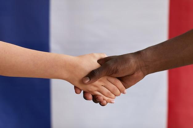 Zbliżenie: wieloetniczne osoby witające się i ściskające ręce