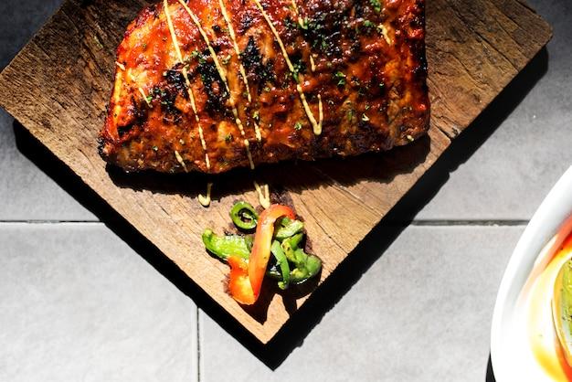 Zbliżenie wieprzowina ziobro stek na drewnianej deski jedzenia tytułowaniu
