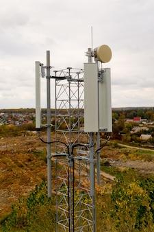 Zbliżenie wieży z anteną sieci komórkowej 5g i 4g. widok z lotu ptaka.
