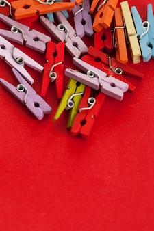 Zbliżenie wizerunek kolorowi biurowi clothespins