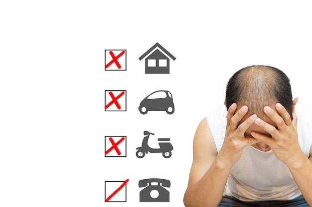 Zbliżenie wizerunek mężczyzny siedzącego z rękami w głowie w stresujących warunkach zadłużenia