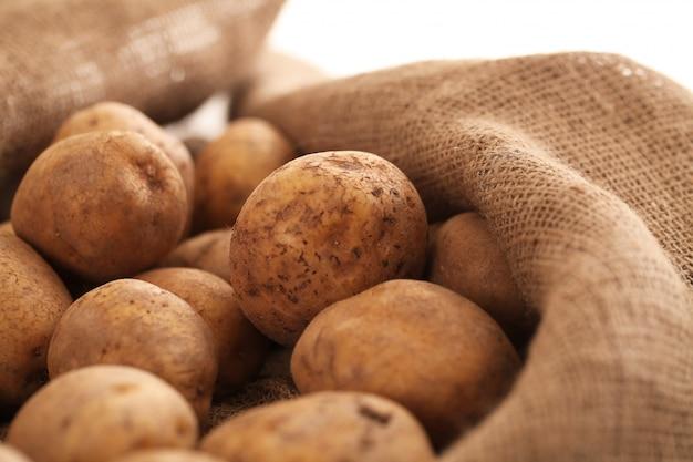 Zbliżenie wizerunek nieociosane nieobrane ziemniaki
