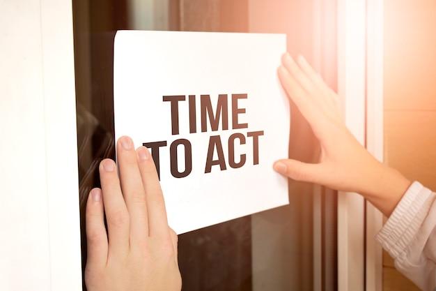 Zbliżenie właściciela posiadającego tekst time to act in store