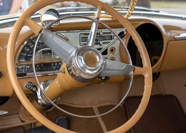 Zbliżenie wnętrza samochodu, w tym kierownicy