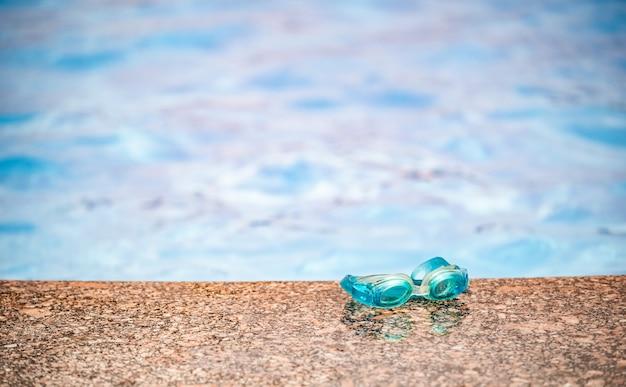 Zbliżenie wodoodpornych dziecięcych okularów pływackich leży na drewnianej powierzchni