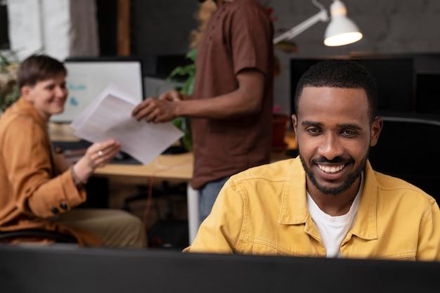 Zbliżenie współpracowników pracujących na komputerze
