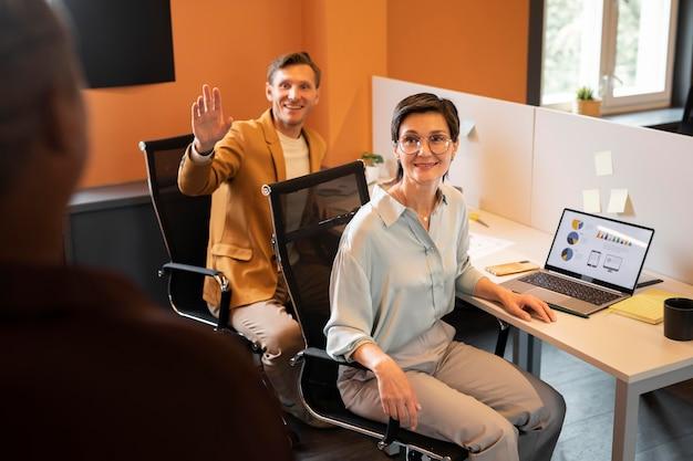 Zbliżenie współpracowników w pracy z laptopem