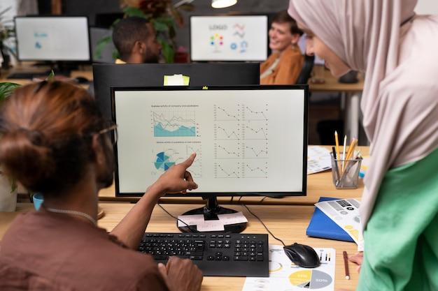 Zbliżenie współpracujących współpracowników colleague