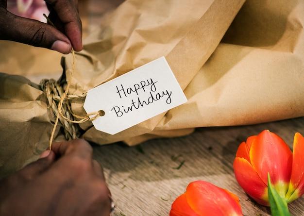 Zbliżenie wszystkiego najlepszego z okazji urodzin etykietka na kwiatu bukiecie