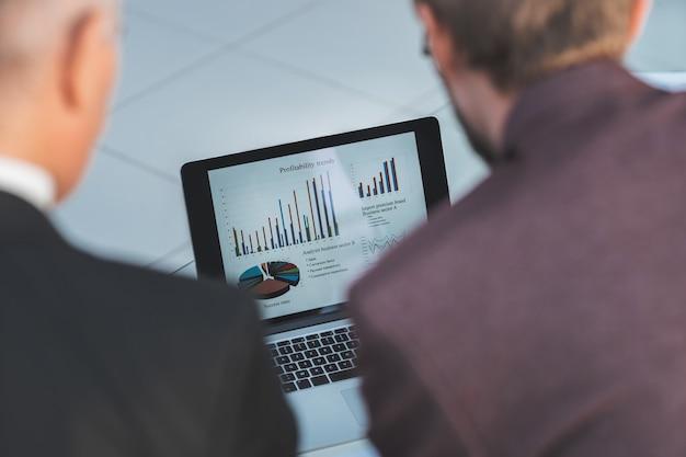 Zbliżenie wykresu finansowego na koncepcji biznesowej ekranu laptopa