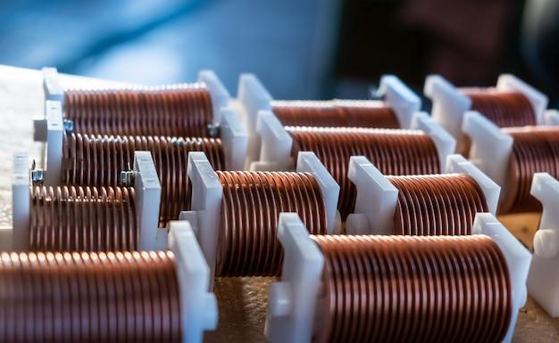 Zbliżenie: wysokiej częstotliwości potężny drut miedziany na tle laboratorium. produkcja koncepcyjna supernowoczesnych, zaawansowanych technologicznie komponentów do urządzeń nadawczo-odbiorczych