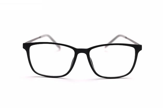 Zbliżenie z czarną oprawką okularów na białym tle. dobór okularów w koncepcji optyki
