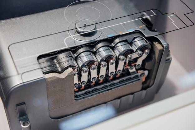 Zbliżenie z góry detalu samochodu: fragment nowoczesnego silnika elektrycznego.