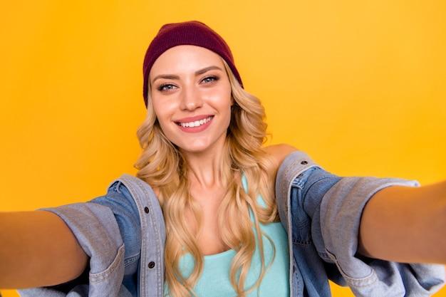 Zbliżenie z ładną panią biorąc autoportrety blogera