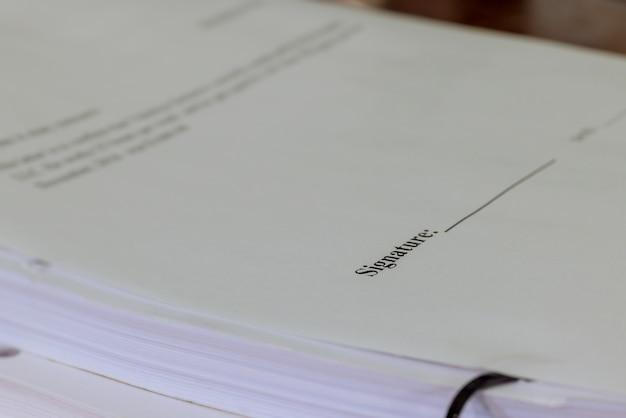 Zbliżenie z podpisem na dokumencie urzędowym