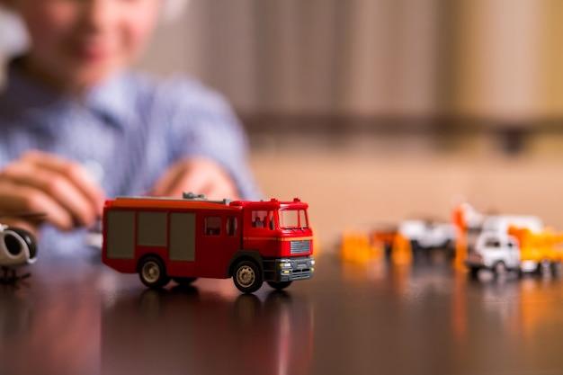 Zbliżenie: zabawkowy wóz strażacki.