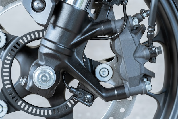 Zbliżenie zacisku promieniowego na motocyklu - hamulec tarczowy i system abs na rowerach sportowych.