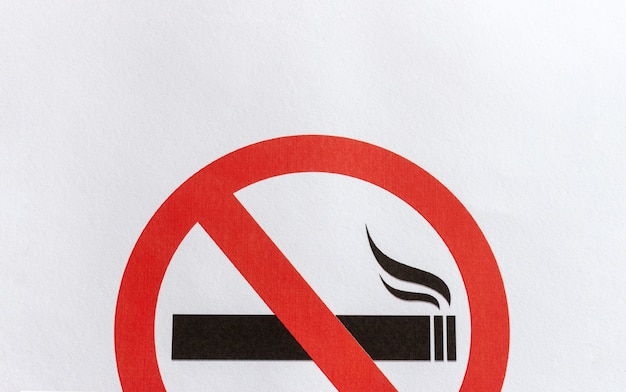 Zbliżenie zakaz palenia znak na białym tle papieru
