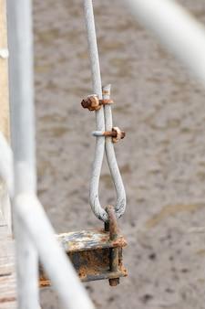 Zbliżenie zardzewiały cybant na metalowym zawiesiu