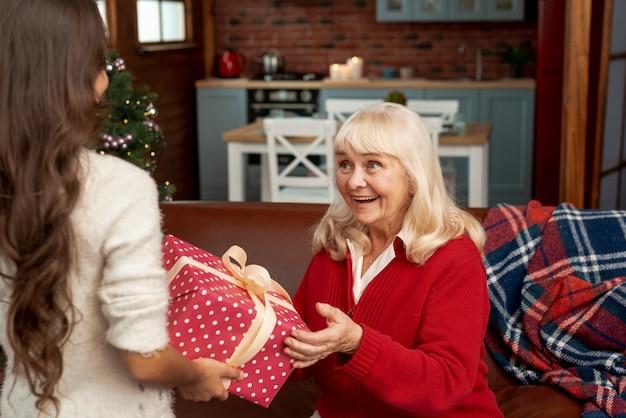 Zbliżenie zaskoczona babcia otrzymująca prezent