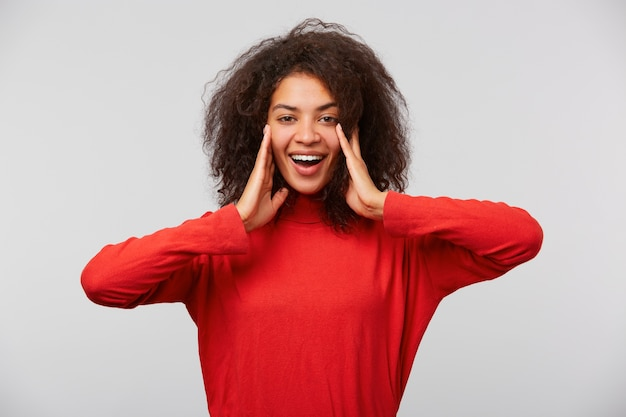 Zbliżenie zaskoczony zdumiony piękna kobieta z szeroko otwartymi ustami afro fryzury, patrząc na przód