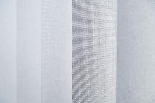 Zbliżenie zasłony z tkaniny wykonanej z gęstej tkaniny w biurze korpusu.