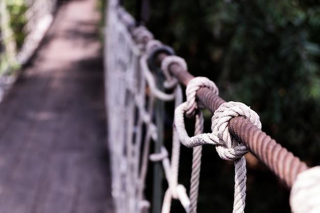 Zbliżenie zawieszenie mosta poręcza szczegół.