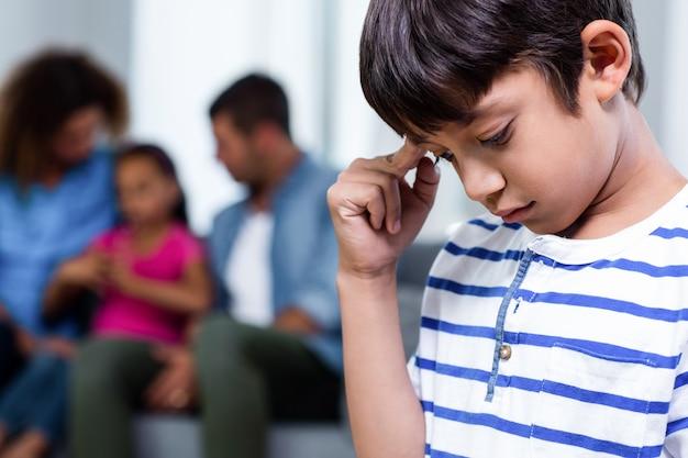 Zbliżenie zdenerwowany chłopak
