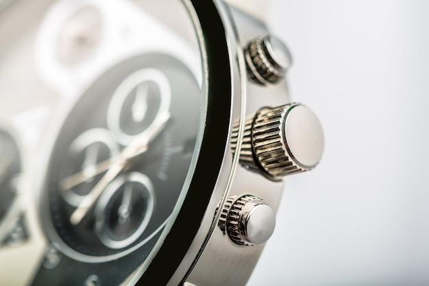 Zbliżenie zdjęcia metalowego zegara na tle