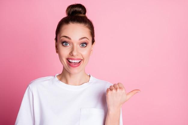 Zbliżenie zdjęcie atrakcyjnej damy bezpośredni kciuk palec po stronie pustej przestrzeni pokaż sprzedaż rabatu oferty