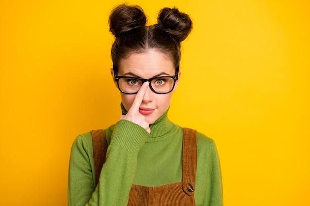 Zbliżenie zdjęcie atrakcyjnej pani dwa śmieszne bułeczki inteligentny sprytny student geek nerd a-student