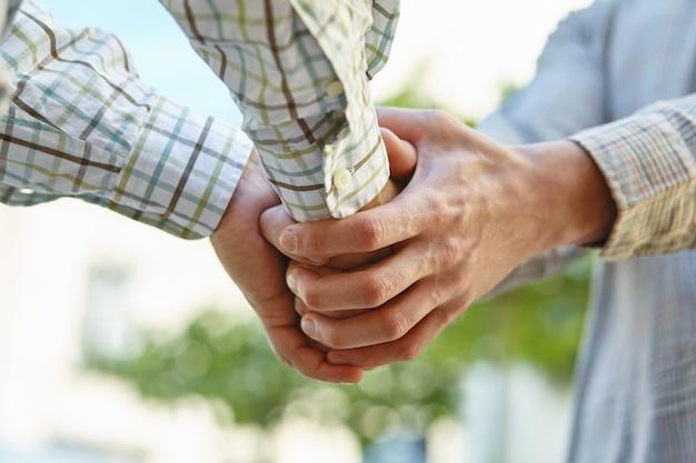 Zbliżenie zdjęcie biznesmenów, ściskając ręce, dokonując porozumienia