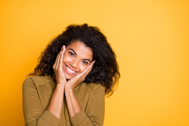 Zbliżenie zdjęcie całkiem niesamowitej ciemnej skóry pani trzymającej ramiona na kościach policzkowych cieszyć się ciepłym wiosennym słonecznym dniem nosić swobodny sweter na białym tle żółty kolor tła
