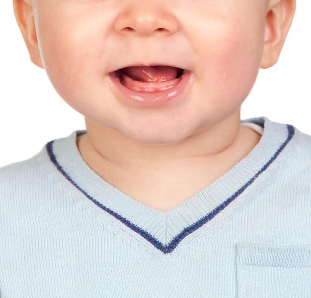 Zbliżenie zdjęcie happy 6 miesięcy usta dziecka. nagie dziąsła bez zębów.