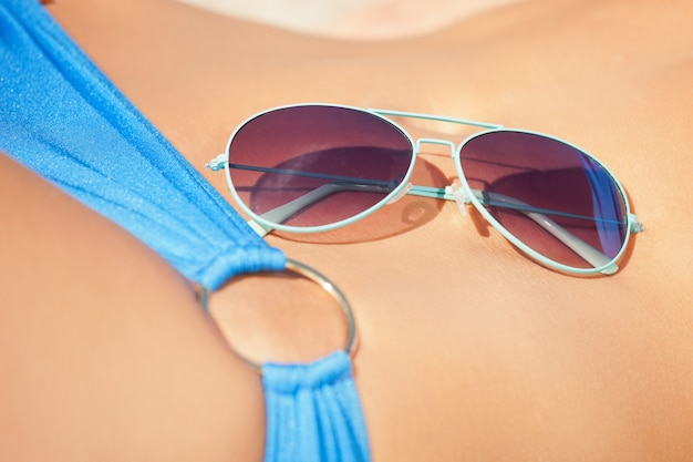 Zbliżenie zdjęcie kobiecego brzucha, bikini i odcieni.