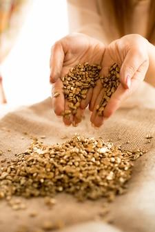 Zbliżenie Zdjęcie Kobiety Trzymającej W Ręku Kawałki Złota Premium Zdjęcia
