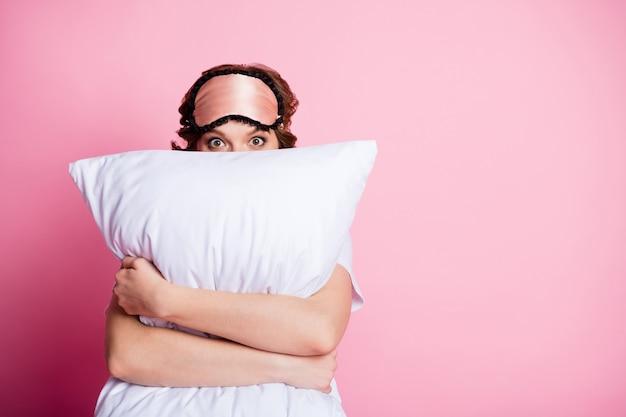 Zbliżenie zdjęcie ładnej pani trzymać przytulić poduszkę ręce śmieszną twarz