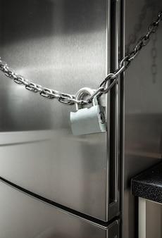 Zbliżenie zdjęcie metalowego łańcuszka na lodówce