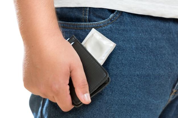 Zbliżenie zdjęcie młodego mężczyzny trzymającego prezerwatywę w portfelu