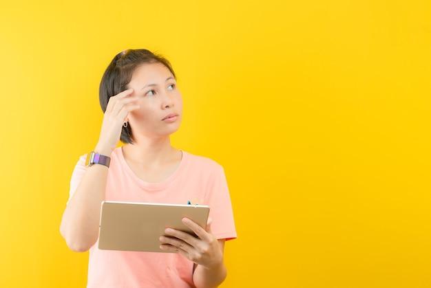 Zbliżenie zdjęcie niesamowitej krótkiej fryzury damy patrzącej na pustą przestrzeń głębokie myślenie kreatywne ramię osoby na żółtym tle