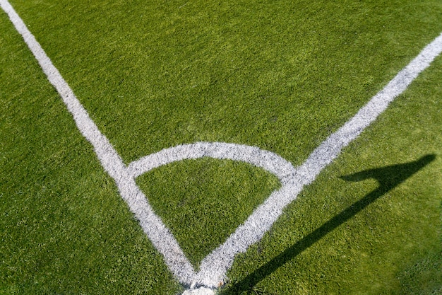 Zbliżenie zdjęcie oznakowania narożników na trawiastym boisku do piłki nożnej