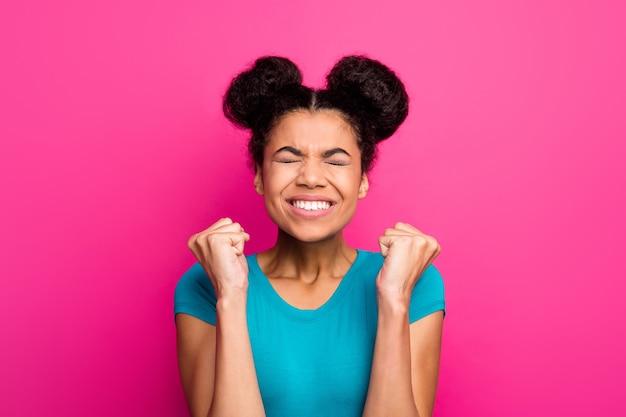 Zbliżenie zdjęcie pani dwie bułki fryzura podnieść pięści świętuje niesamowity sukces