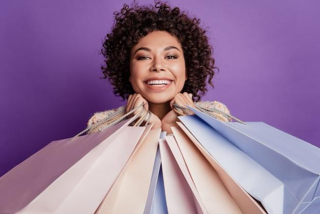 Zbliżenie zdjęcie piękna dziewczyna nosi wiele pakietów na zakupy uroczy uśmiech