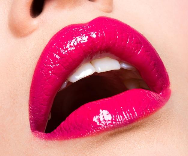 Zbliżenie zdjęcie piękne seksowne usta na czerwono