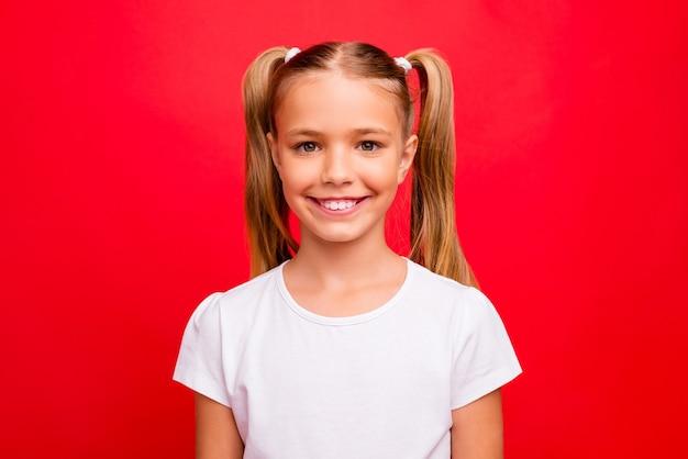 Zbliżenie zdjęcie pięknej małej damy pozytywny nastrój noworoczny wakacje początek ząb promienieje uśmiechnięty nosić dorywczo białą koszulkę na białym tle czerwony żywy kolor tła