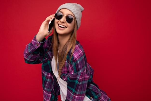 Zbliżenie zdjęcie pięknej szczęśliwej pozytywnej młodej kobiety blondynka ubrana w fioletową koszulę hipster i dorywczo