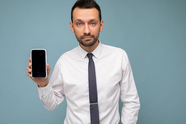 Zbliżenie zdjęcie przystojny przystojny mężczyzna brunet z brodą na sobie dorywczo białą koszulę i krawat